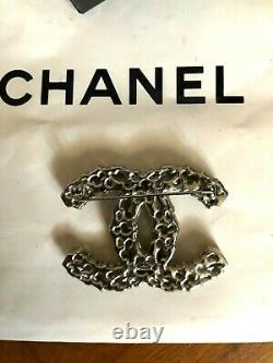 Broche Chanel Avec La Boîte Et Le Sac Authentique Jamais Porté